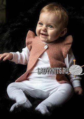Вязаный спицами простой жилет для девочки от рождения до 2 лет