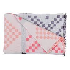 Mega Knit er inspirert av strikkediagrammer. Pleddet er laget med en dobbelt veveteknikk som gjør det mulig å bruke en veldig fin og tynn kvalitet av 100 % ull. 150 x 220 cm. Design by HAY.PS. Stolen heter About A Chair. Design Hee Welling for HAY