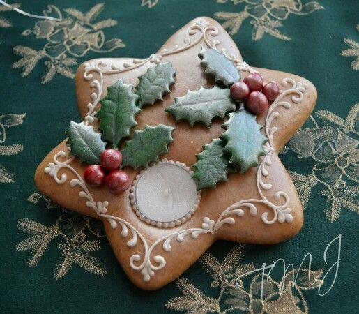 Christmas star gingerbread cookie candle holder decorated with holly. Karácsonyi csillag mézeskalács mécsestartó magyallal.