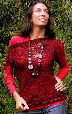 Remeras de lana al telar, con detalles de cintos y apliques en tela. Ideales para usar sobre remeras o poleras básicas.