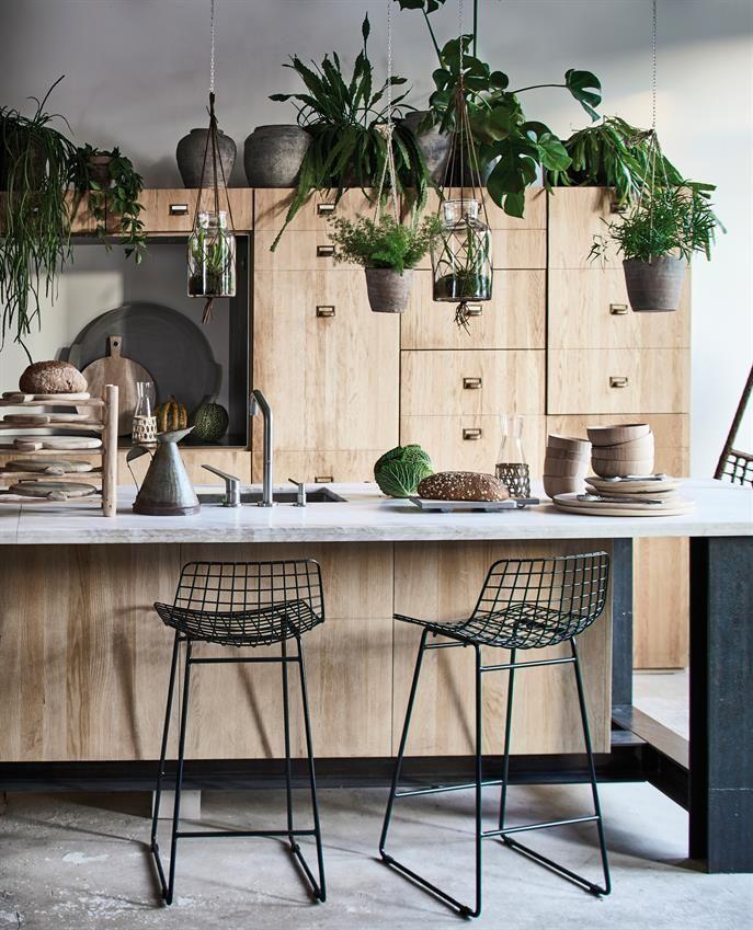 Zwarte barkrukken in een keuken vol planten - bekijk en koop de producten van dit beeld op shopinstijl.nl