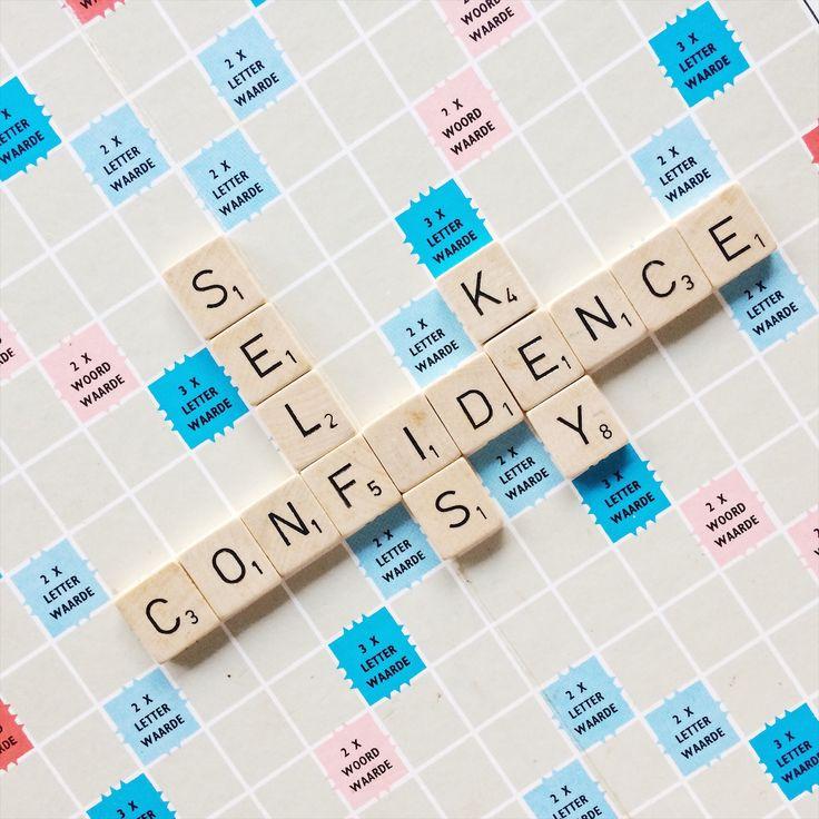 Flatlay van scrabble bord met quote self confidence is key, het tegengif voor perfectionisme ;)