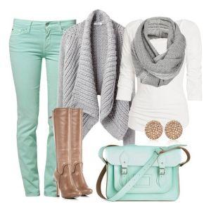 С чем носить бежевые сапоги: джинсы и сумка цвета морской волны