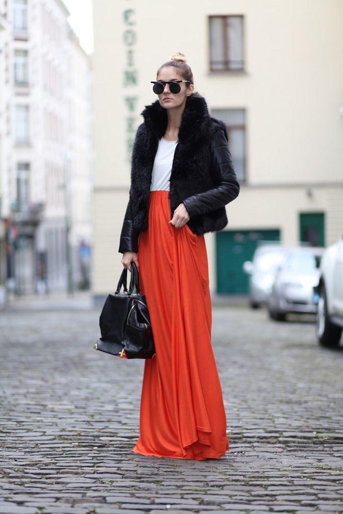 Schuckes Outfit, Langer Roter Kleid Kombiniert Mit Weißer Bluse Und  Schwarzer Jacke