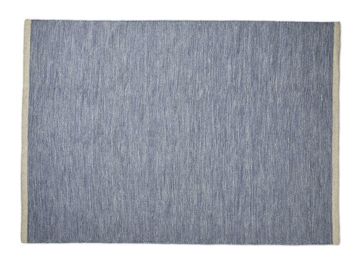 Vardagsrumsmatta från Mio. En mjuk och skön matta i ull som värmer fötterna från kalla golv. Ull är känt för sina positiva egenskaper som gör den slitstark och naturligt smutsavvisande, vilket gör den lättstädad och tålig.