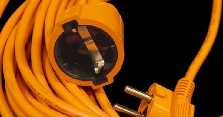 Como fazer um cabo de extensão de 220 volts. Produzir o seu próprio cabo de extensão de 220 volts tem muitas vantagens: você pode escolher o comprimento necessário, a capacidade de corrente própria para a carga que conduzirá e o tipo de cabo adequado para o ambiente onde vai ser usado. Construir e usar o o cabo de extensão correto reduz os riscos choque, incêndio e danos à propriedade que ...