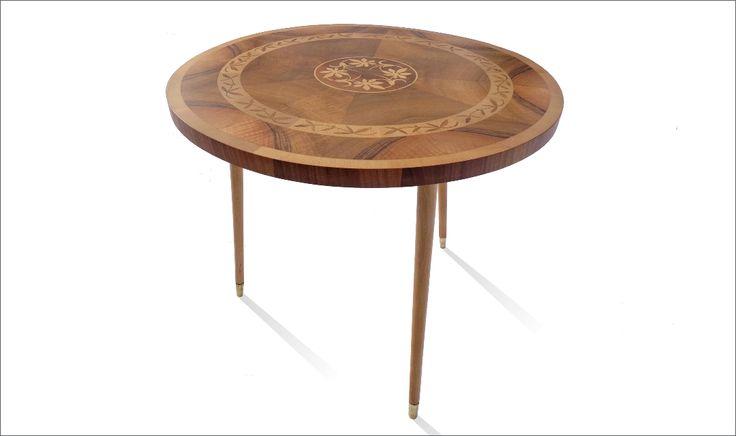 Intarsjowany Stół  Intarsjowany stół tzw.patyczak. Stół jest po pełnej renowacji.    Kategoria: Stół Pochodzenie: Polska Rok: 1960-1970 Cena: 1500zł