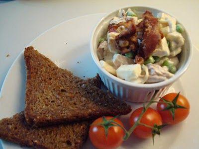 Er du også vild med gammeldags hønsesalat skal du helt sikkert prøve mormors hemmelige opskrift. En luksusudgave med bacon, aspargs, vindruer og æble - lige som en hjemmelavet hønsesalat skal laves. Læs opskriften her.