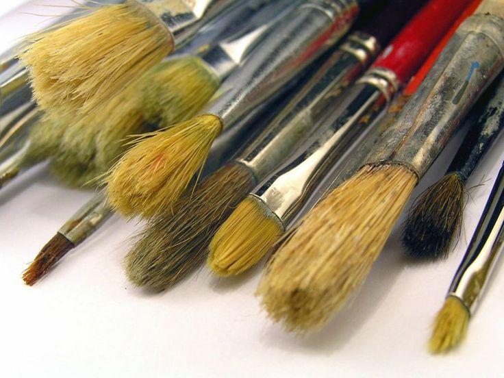 Es preferible limpiar las brochas, rodillos y pinceles justo después de su uso, lo que nos evitará muchos quebraderos de cabeza. Te contamos cómo hacerlo ;)
