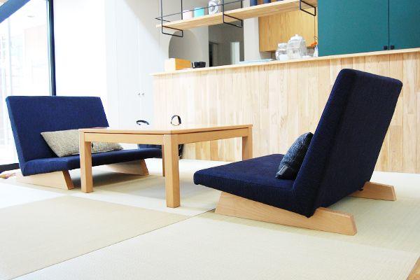 こんなソファを探していました。 ダイニング兼リビングの「畳」スペースに合うソファを探していました。 普通のソファでは畳には合わず、座椅子では和風すぎる。 こんな条件に合うソファがあるのかと悩んでいたときPENTA 900 Chairに出会いました。 このソファなら和の雰囲気を感じつつ、無垢の床にも違和感なくなじむので気に入っています。 座面も大きく座り心地も快適で、2脚並べれば、横になって寝ることもできます。 生地の色選びは悩みましたが、部屋の雰囲気に合った色が選べました。  これもたくさんの生地からじっくり選ぶことができるフランネルソファさんならではですね。ソファライフフォト | NO.322 岐阜県 F様邸 |ソファ専門店FLANNEL SOFA