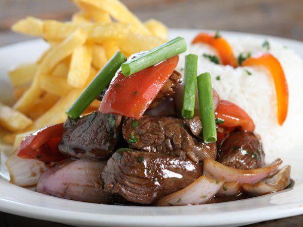 El lomo saltado es un palto muy rico que a la mayoría de los peruanos les gusta. Por ello, a continuación te damos la receta.