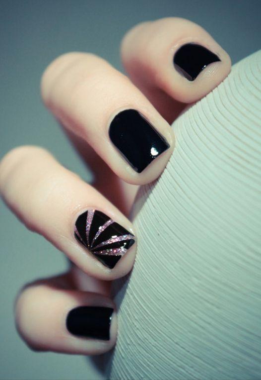 Uñas color negro con un diseño sencillo.