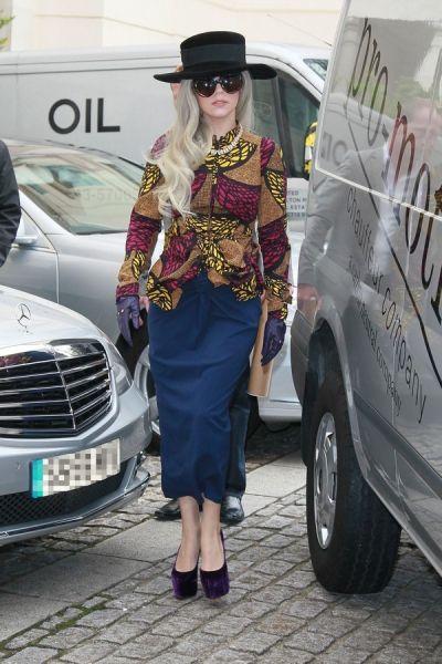Lady Gaga: lo stile e i look più glam di Miss Germanotta - Elle Scarpe con marciapede incorporato. Vai (via) Gaga!