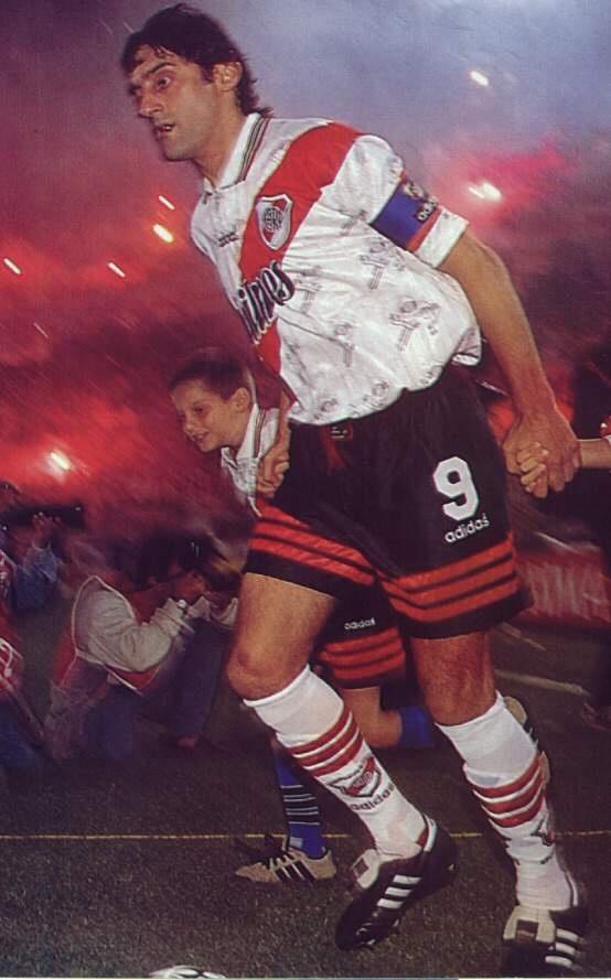 Enzo Francescoli. Volante uruguayo idolo de River Plate donde conquisto todos los titulos que disputo, de paso por Francia e Italia, siempre regreso al club millonario.