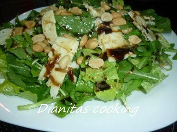 Δροσερή, εύκολη σαλάτα με εξαιρετική σως βαλσάμικο.    Υλικά  1 μαρούλι  1 δεματάκι ρόκα  1/4 σπανάκι (τα τρυφερά φύλλα)  καρύδια (προαιρ...