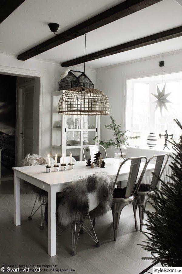 köksbord,matgrupp,vitt,lasyrfärg,renovera möbler,fårskinn,stolar,advent,vitrinskåp,korglampa,taklampa,stjärna,gran,kök,jul,diy,gör det själv,do-it-yourself