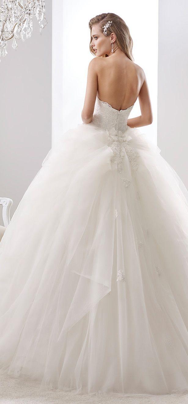 Vestido de noiva com saia volumosa.