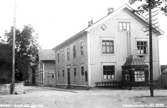 Lunde skole, Skien (Norway).    My old school - corner building still exists (in 2012), but the other buildings were demolished long before my school days. And the small newspaper stand(?) /kiosque just in front of the fire escape - when did that disappear? I never even knew it had been there...
