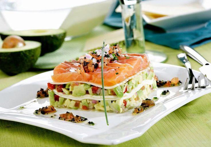 Una lasaña de salmón y aguacate que puedes preparar en 10 minutos.   16 Recetas de lasaña que mejorarán tu vida infinitamente