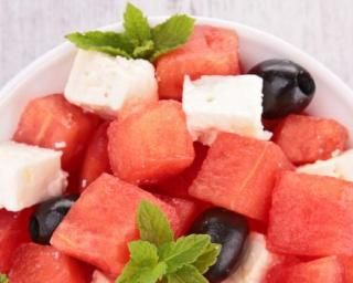 Salade de pastèque et feta : http://www.fourchette-et-bikini.fr/recettes/recettes-minceur/salade-de-pasteque-et-feta.html