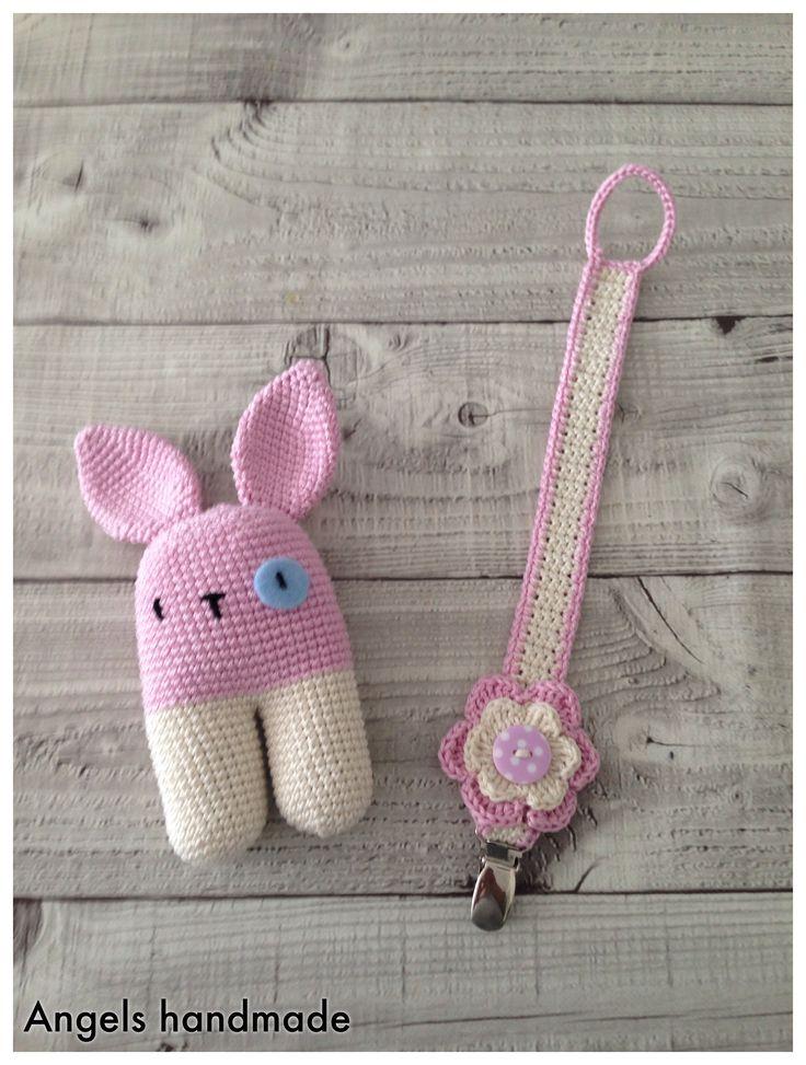 Leuk setje gehaakt, rammelaar en speenkoord. Gratis haakpatroon. Crochet bunny rattle free crochet pattern
