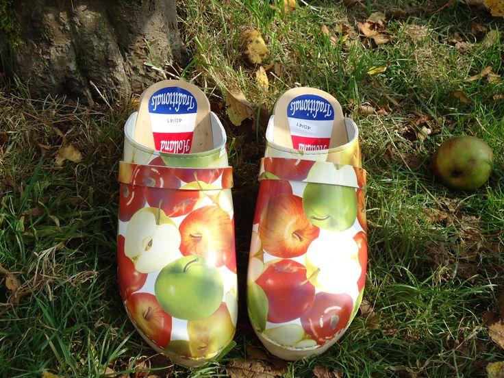 Mooie Zweedse klompen met appeltjes. Alleen nog verkrijgbaar in maat 36/37. Nu maar 20 euro.