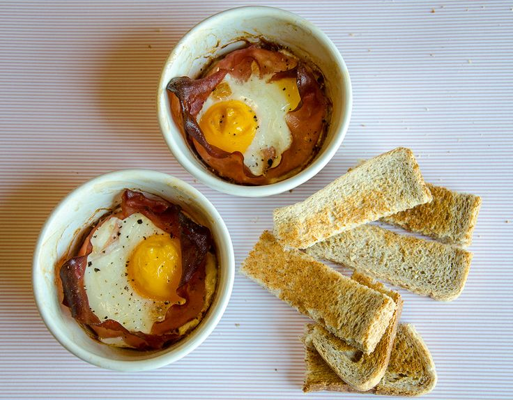 5:2 diet recipe - Baked Eggs. 2 eggs baked in ham, with toast - only 297 calories. Perfect for The Fast Diet!