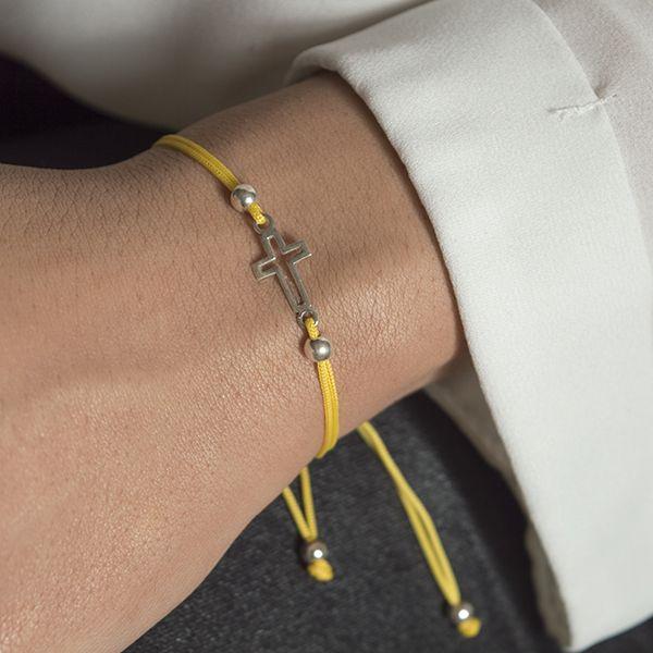 Pulsera ajustable con cruz de 20 mm aproximadamente, hilo de macrame en varios colores para elegir. Todos los elementos de la pulsera son de Plata de Ley 925.