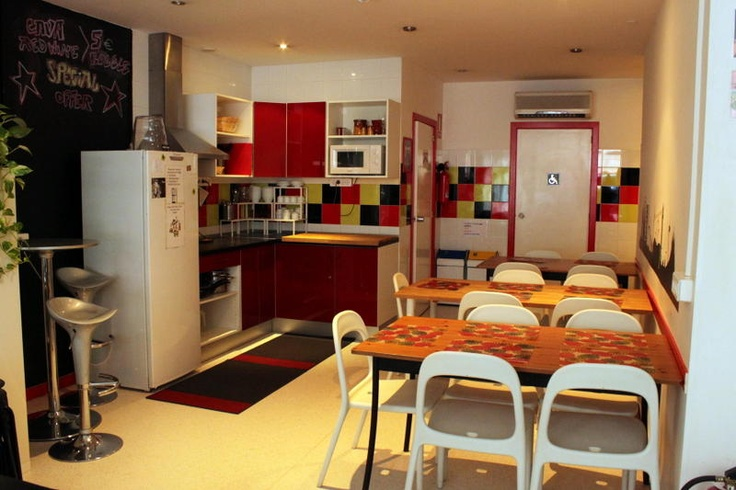 Get to know fellow guests in the common kitchen @ Albareda Youthhostel in Barcelona, Spain