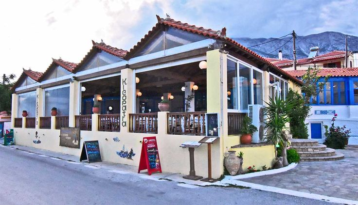 Στο κέντρο του κάμπου Μαραθοκάμπου σας καλωσορίζει το εστιατόριο - ουζερί Κλεοπάτρα. Με θέα το γαλάζιο της θάλασσας και με τα σπιτικά φαγητά της Κλεοπάτρας