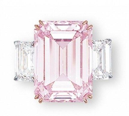 Esmeralda rosa (o morganita) flanqueada por dos diamantes... para morir de amor. Christie's - http://www.christies.com/features/2833_2103_e-1164-4.aspx