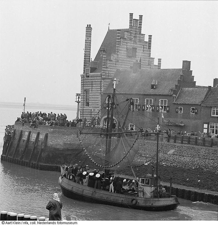 Op 7 april vaart de vissersvloot van Veere voor het laatst de haven uit (de haven wordt van open zee afgesloten door de bouw van de Veerse Gatdam) 1961 #Zeeland #Arnemuiden