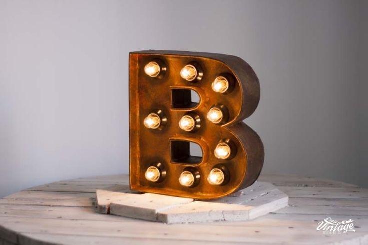 Letra con bombillas imitación óxido, hecha a mano en nuestro taller