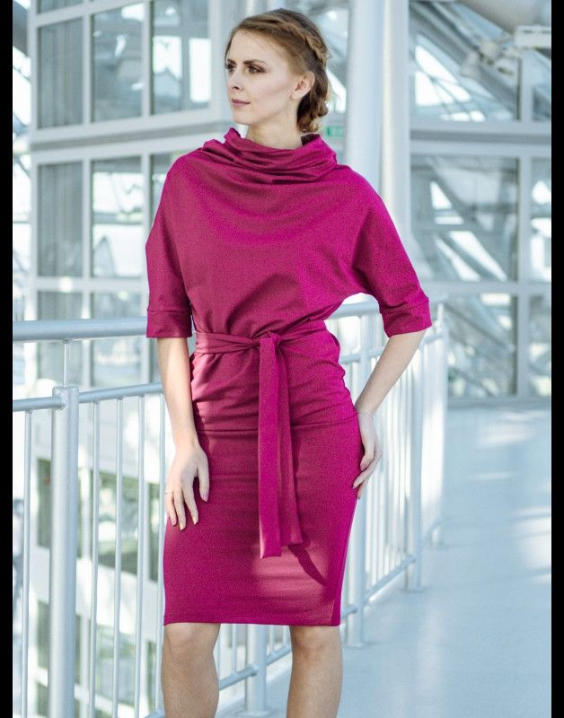CURIOUS to sukienka o luźnej górze i dopasowanym dole, dodatkowo podkreślonym przez pasek. Przy szyi wstawiliśmy bardzo luźny golf, który luźno spływa na ramiona. Rękawy do łokcia, także luźne ,...