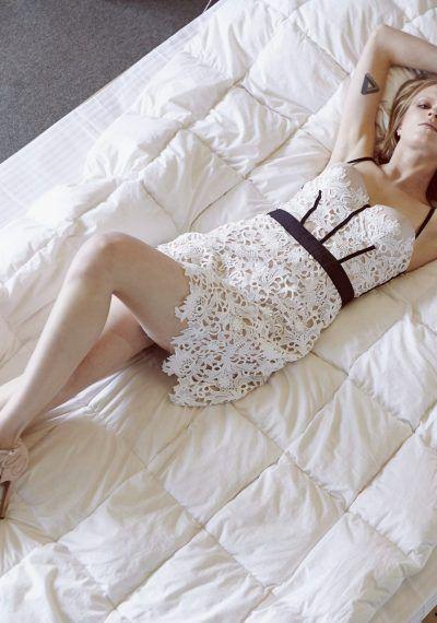 Φόρεμα bustier με λευκή βαμβακερή δαντέλα και μαύρες λεπτομέρειες σε nude βάση, με μπανέλες και εσωτερικό κρυφό σουτιέν και κόπιτσες στην πλάτη