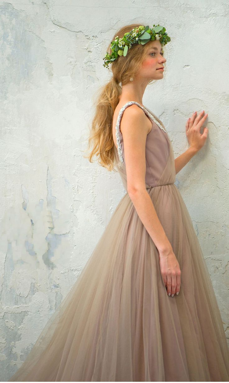 優しげベージュピンクの女の子らしい一着♡ ナチュラルでセンスがいいカラードレスの参考一覧。