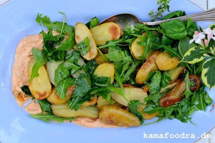 Ofenkartoffelsalat mit Rucola auf Tomaten-Knoblauch Crème Fraîche