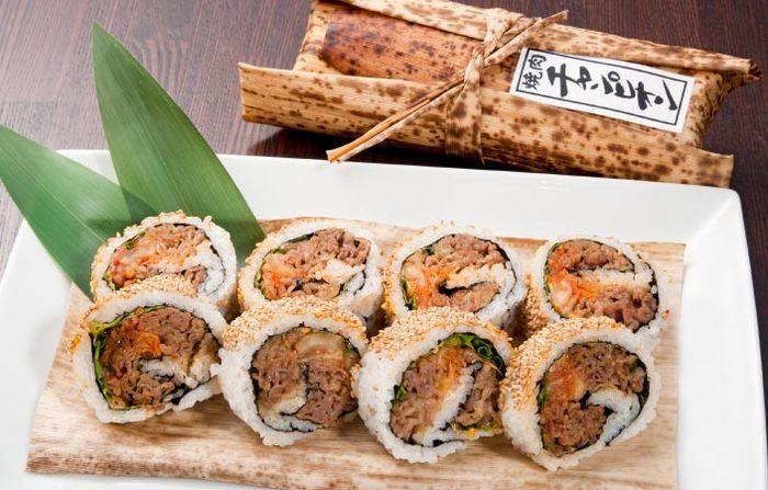 こちらは、羽田空港No.1お土産に選ばれたこともある焼肉チャンピオンの名物「江戸前焼肉ロール」。A-5和牛を秘伝のたれで味付けしたお土産にぴったりの一品。