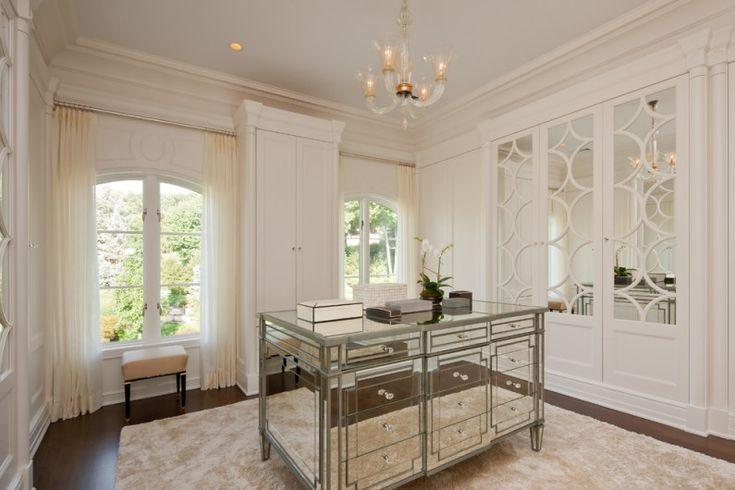 Стеклянная и зеркальная мебель в интерьере
