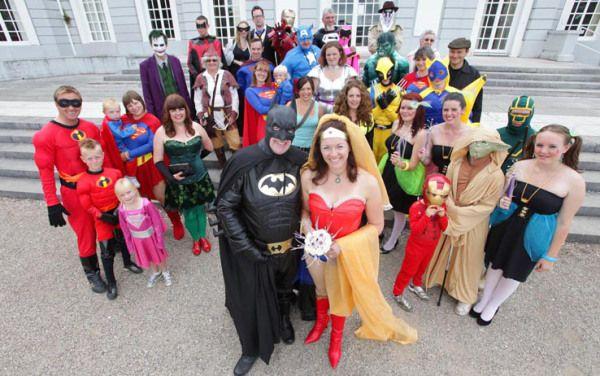 (KIKA) - DEVON - Neil Vaughan e Sharon Wetherell, una coppia inglese appassionata di fumetti, si e' sposata a Devon prendendo le distanze dal matrimonio tradizionale. Infatti sia gli sposi sia gli invitati si sono presentati alla cerimonia indossando i costumi dei loro supereroi preferiti. Neil Vaughan ha scelto di diventare Batman e Sharon Wetherell Wonder Woman, tra gli invitati si sono potuti riconoscere Iron Man, Hulk, Robin, Joker, Superman Poison Ivy, Lara Croft, Joker e Bananaman…