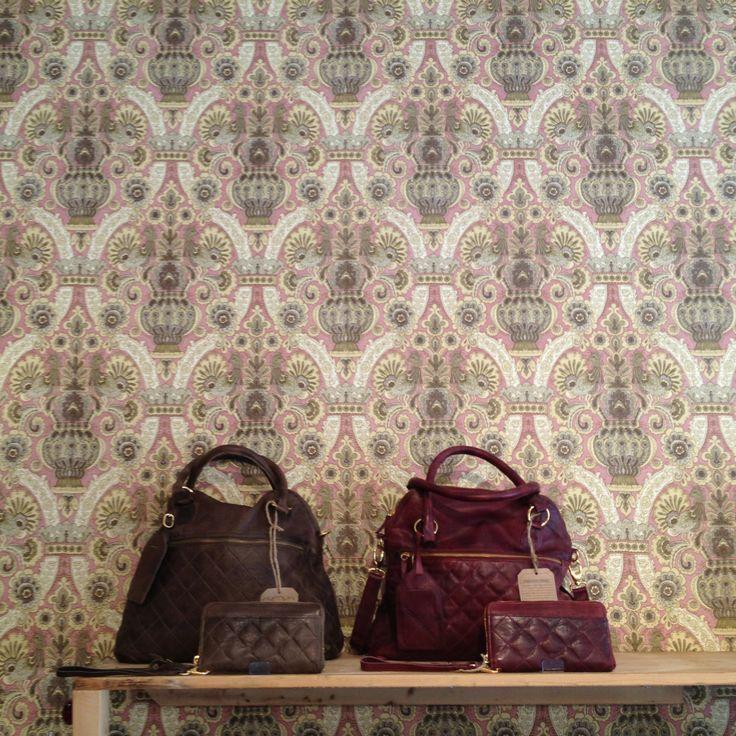 Evanton, in zwart en bordeaux. Prachtige handtas van heel zacht doorgestikt leer van CowBoysBag, met bijpassende portemonnee.