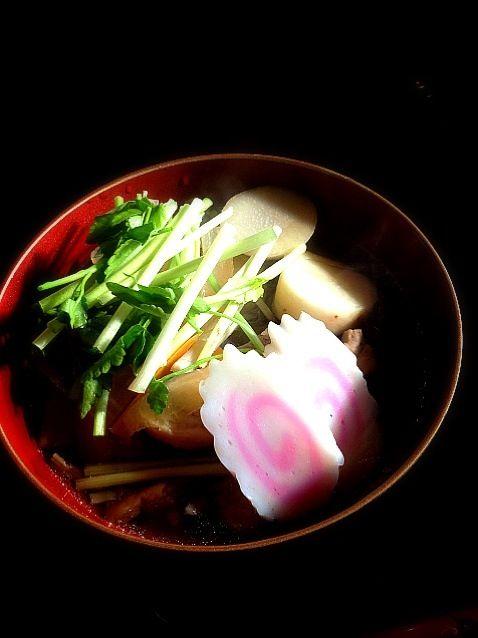 山形の雑煮は里芋・人参・こんにゃく・ごぼう・大根・ゼンマイ・とり肉・セリ・なるとがはいります。 味は酒と出し醤油(味丸じゅう)。 私は父が江戸っ子なので子供の頃から東京のお雑煮です。山形の雑煮は勤務先のお姉様たちに教えてもらいました(^∇^) - 24件のもぐもぐ - お雑煮  山形の雑煮version by magnolia0403