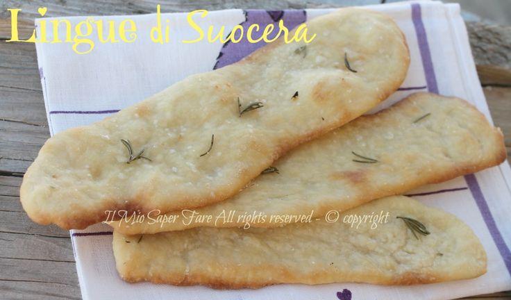 Lingue di suocera lievitato salato: un valido sostituto del pane, ottime servite durante un aperitivo con salumi e formaggi, giuste per un raffinato buffet.