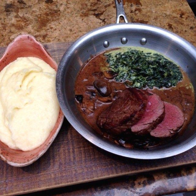 Nuestros chefs preparan un jugoso steak bañado en salsa con trozos de champiñones y espinacas a la crema ¿Te provoca?