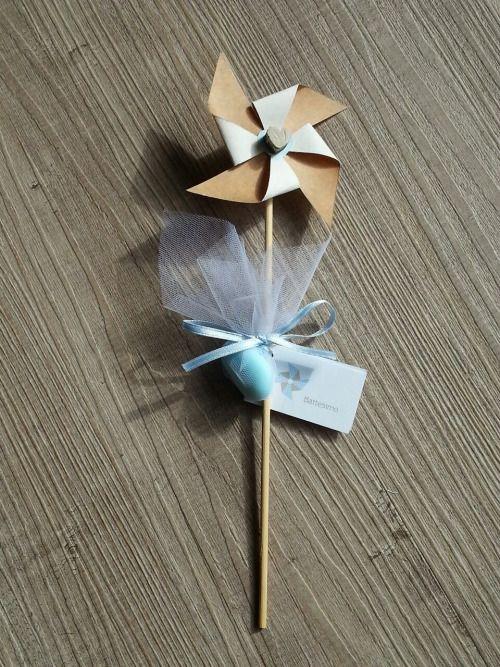 Coordinato battesimo rustico shabby tema girandola: girandola con confetto segnaposto, vasetti in vetro porta fiori con girandole