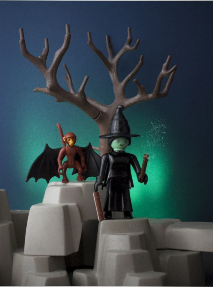 Elphaba and flying monkey from Wicked Elphaba y mono ...