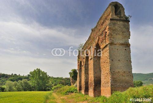 Ruderi dell'acquedotto romano Anio Novus - Lazio - Italia
