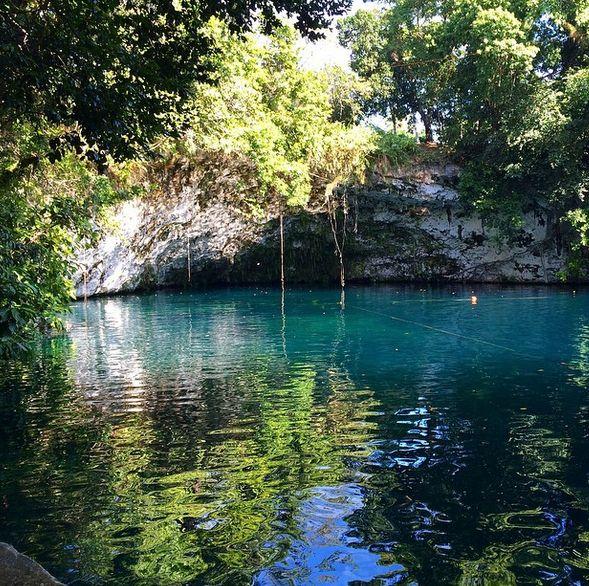 Blue Lagoon er et utroligt smukt sted. Hvis du er modig, kan du rappelle over lagunen og slippe taget i 10 meters højde for at kaste dig i det helt krystalklare vand! www.apollorejser.dk/rejser/nord-og-central-amerika/den-dominikanske-republik