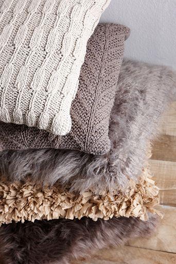 Plof lekker neer tussen deze zachte, harige kussens! #kussens #kwantum #winterswonen #interieur