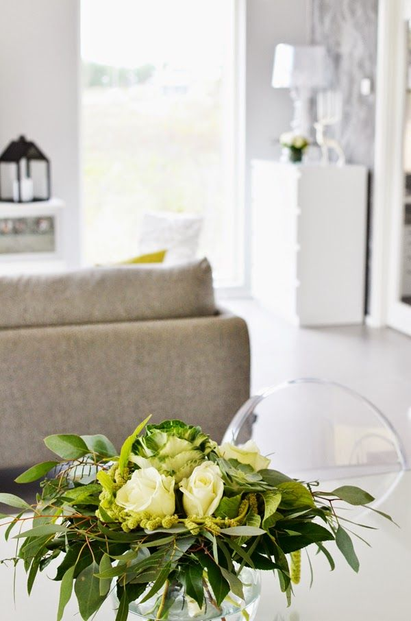 Scandinavian white and grey livingroom with flowers